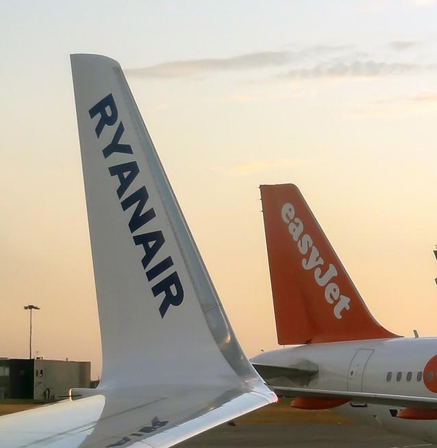 Airbus della easyJet e Boeing di Ryanair (foto di Denis Charlet/AFP/Getty Images).