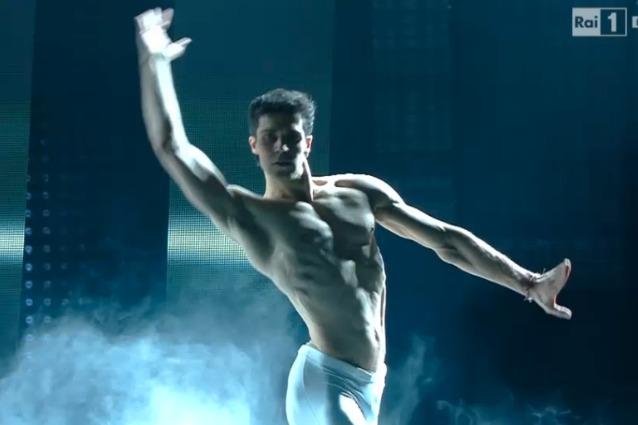Roberto Bolle incanta l'Ariston con il suo talento  Sanremo 2016
