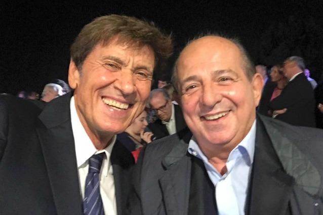 Selfie della pace tra Gianni Morandi e Giancarlo Magalli