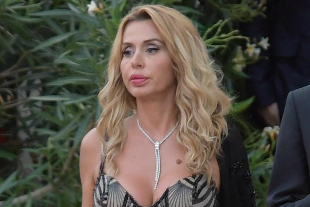 Paura per Valeria Marini: fan le salta addosso alle#39;aeroporto di Bari