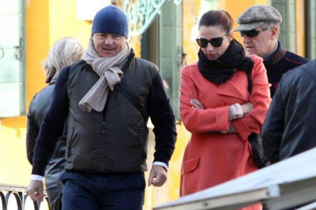 Luca Zingaretti, rissa coi paparazzi a passeggio con moglie e bimbe