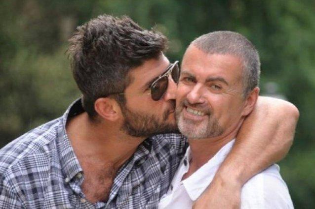 George Michael è stato trovato morto dal compagno. Ipotesi overdose