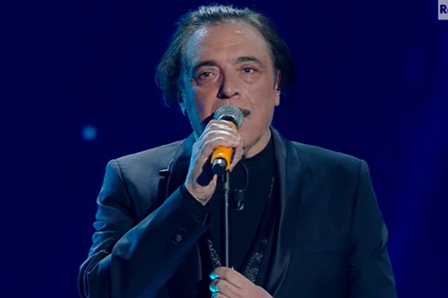 Nino Frassica spiazza tutti al Festival il comico canta brano sui migranti