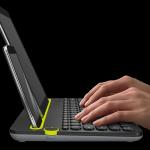 Tastiera Multi-Device K480 della Logitech. Una tastiera wireless da scrivania per computer, tablet e smartphone con manopola Easy-Switch per passare facilmente da un device all'altro. Ha inoltre un supporto per tutti i dispositivi che avete. 39,38 euro.