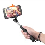 Selfie stick. Ormai averne uno è un must. In vacanza ma anche per una giornata di shopping, è il gadget più ricercato dai giovani. Ce ne sono di diversi tipi, di tutti i colori e per tutte le tasche.