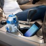 R2-D2, il caricatore da auto del robot di Star Wars. Ha due porte USB, la luce di accensione. Ruota, fischietta e emette un segnale acustico. 23,99 dollari.