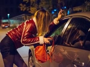 Lei adescava i clienti promettendo un rapporto sessuali, il marito li rapinava