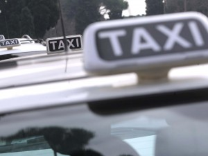 Roma, tassisti in rivolta contro Uber: servizio sospeso anche negli aeroporti