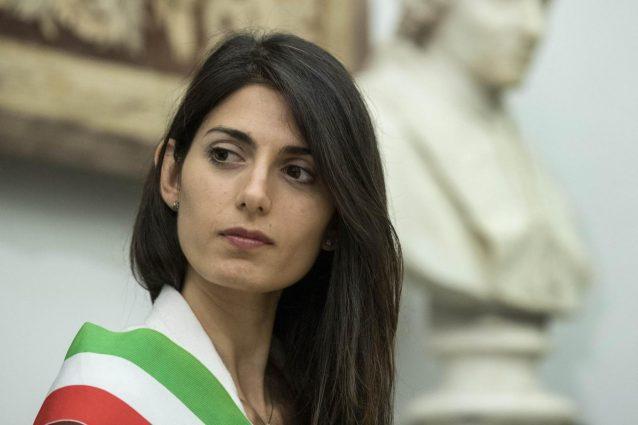 Roma, bufera su Raggi. Vertici M5S spingono per dimissioni Muraro