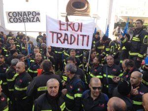 """""""Eroi traditi"""", vigili del fuoco protestano sotto il parlamento"""