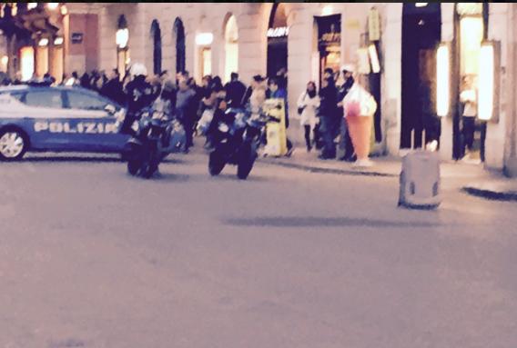 Roma allarme bomba di fronte al nike store evacuata via - Allarme bomba porta di roma ...