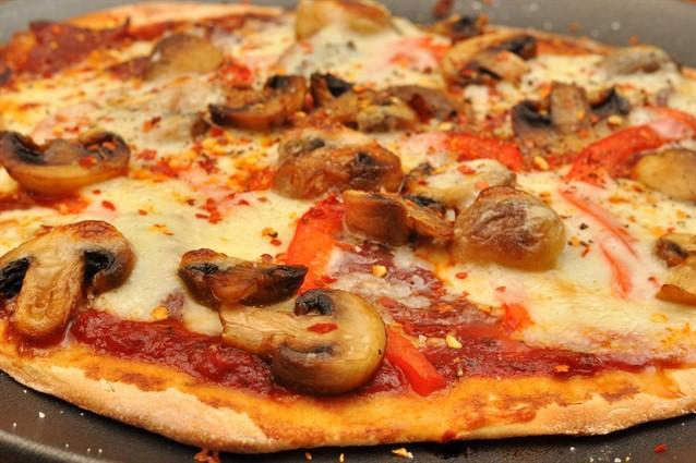 Pizza fatta in casa la ricetta per averla morbida e soffice for Pizza in casa