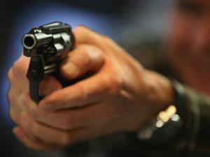 Spara colpi di pistola in aria a Capodanno: l'amico mette il video online e lo fa denunciare