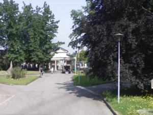 Nerviano, uomo morto davanti al cimitero: indagati per omicidio la compagna e un amico