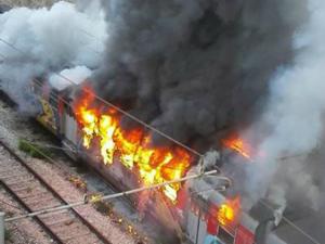 Φλόγες σε ένα τρένο Cumana κομβόι καταστράφηκε από πυρκαγιά