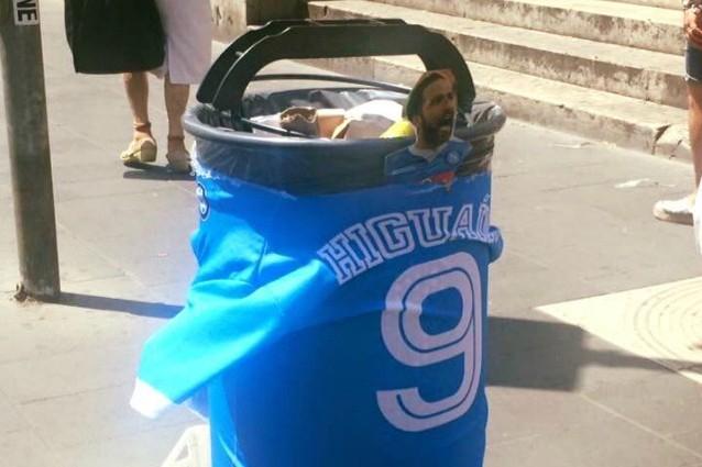 La maglia di Higuain su un bidone della spazzatura (Foto: Gino Sorbillo via Facebook)