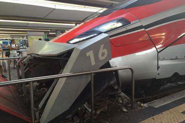Napoli - Frecciarossa contro paraurti in stazione centrale
