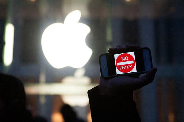 """San Bernardino, l'FBI ammette l'errore: """"Abbiamo bloccato definitivamente l'iPhone"""""""