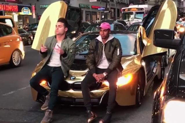 Youtuber blocca il traffico per foto: automobilista gli fracassa Bmw dorata