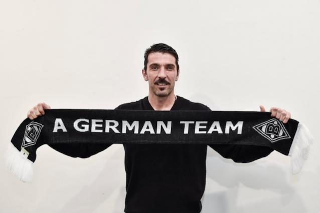 Buffon si fa fotografare con la sciarpa del Borussia Mönchengladbach