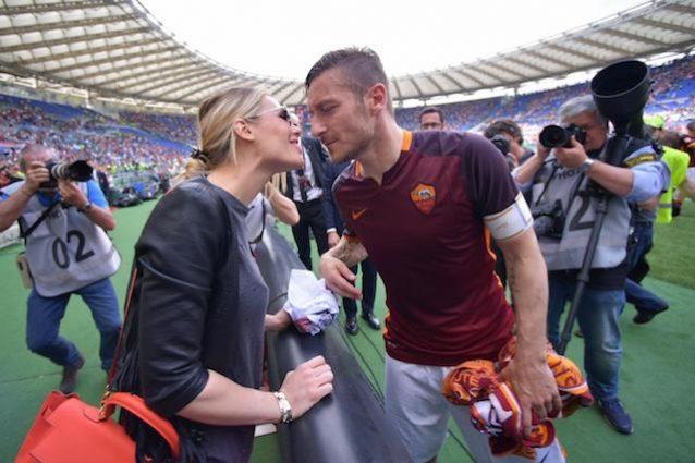 Roma, Ilary Blasi annuncia l'addio di Totti: