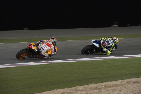 Nube tossica, incendi e ritardi, ma la MotoGP non frena ed è in pista