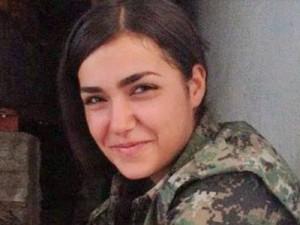 Questa è la guerrigliera Berivan Sason che ha usato l'ultimo proiettile contro di sé pur di non essere catturata viva, violentata e decapitata dall'ISIS.