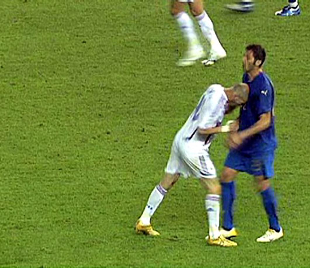 Video youtube: in Marocco giocatore colpisce un compagno