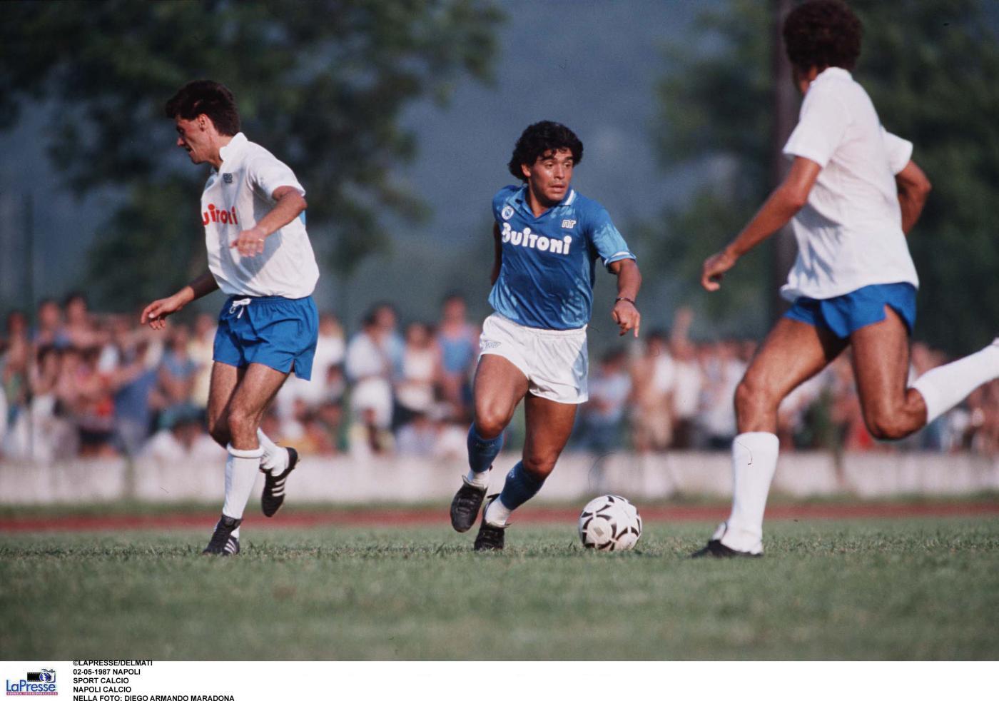 27 anni fa Diego Armando Maradona sbarcò a Napoli  ecco il primo abbraccio  col San Paolo df0af9bfb251f