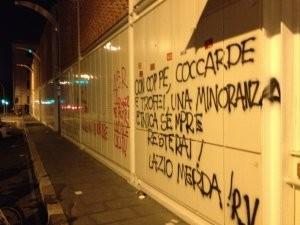 La festa di compleanno della roma macchiata da scritte e frasi vergognose sui muri del - Frasi scritte sui muri di casa ...