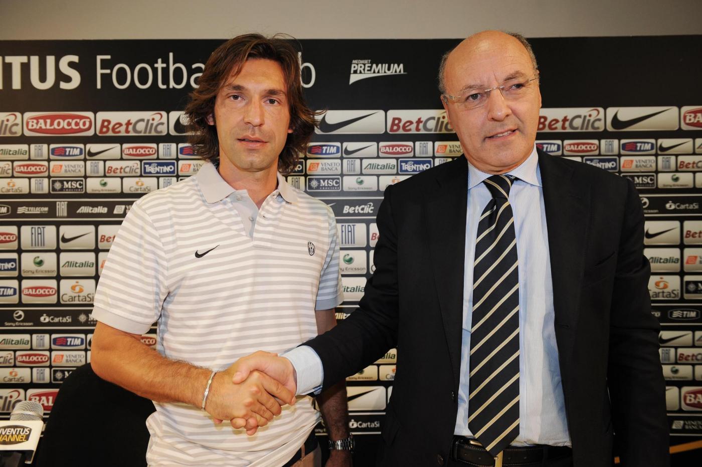 Andrea Pirlo e Beppe Marotta si strigono la mano durante la presentazione del nuovo numero 21 bianconero. Foto: juventus.com