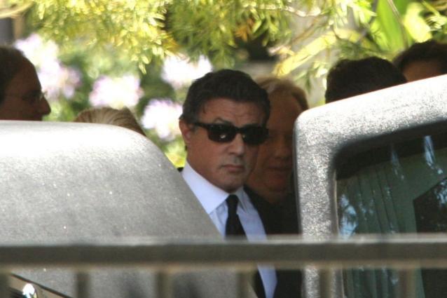 Commosso e distrutto dal dolore, il grande Sly saluta per l'ultimo volta suo figlio Sage Stallone in una cerimonia privatissima a Los Angeles.