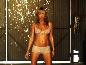 """In """"Come ti spaccio la famiglia"""" la Aniston si lancia in un bollente spogliarello"""