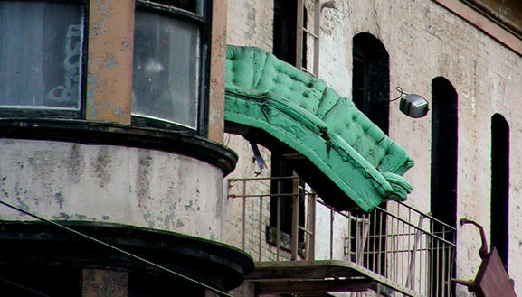 Defenestration a san francisco i vecchi mobili si buttano for Mobili di design san francisco