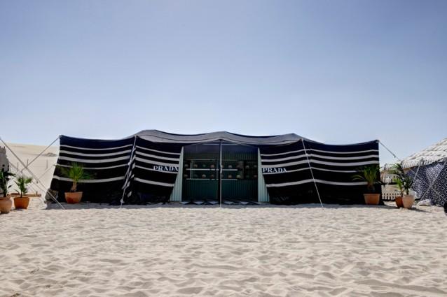 Miuccia Prada incontra Damien Hirst nel deserto del Qatar: sorgono il Prada Oasis e il Damien Hirst's Pharmacy Juice Bar
