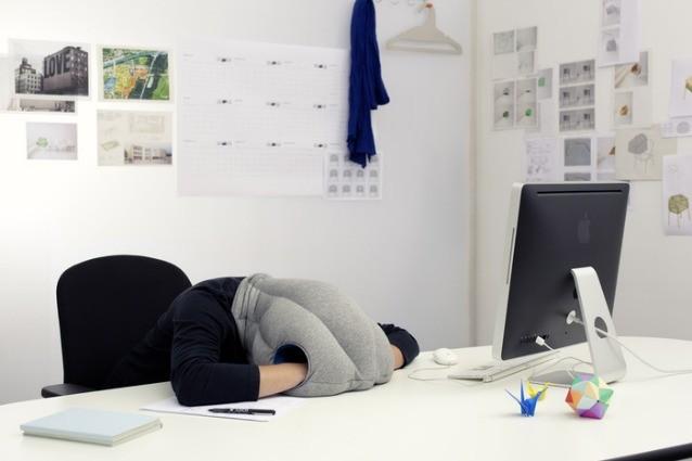 Con Ostrich Pillow ogni luogo diventa ideale per un pisolino