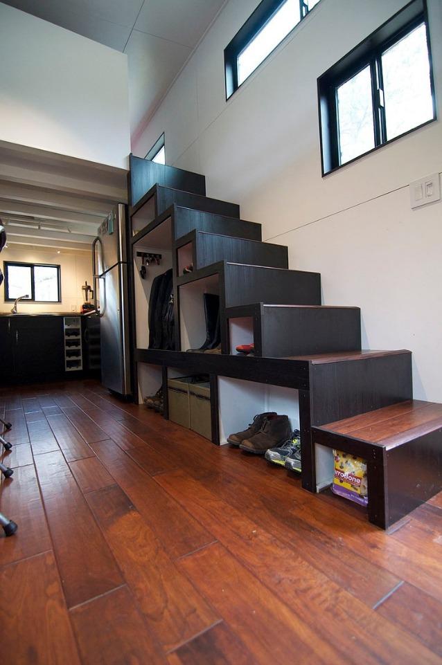 Piccolo bello la casa su due ruote di andrew e for Small house ventilation design