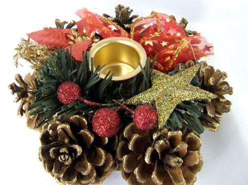 Per le feste di natale addobba la casa con pigne dorate - Centro tavoli natalizi con pigne ...