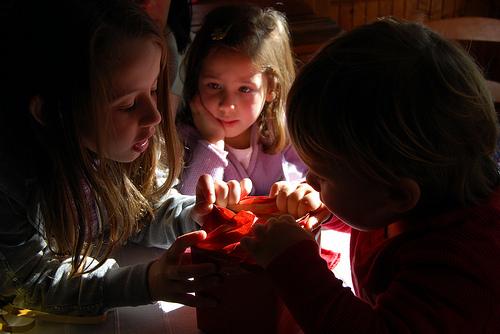 Bambini Che Scartano I Regali Di Natale.Santa Lucia Regali Prima Di Natale Per 1mln Di Bambini Del Nord Italia