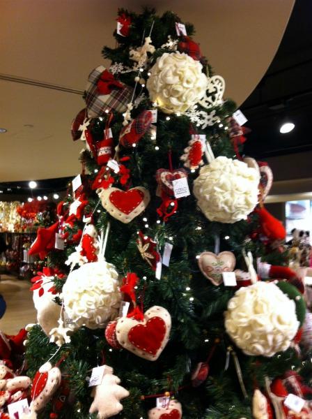 Natale 2011 in feltro la stoffa protagonista sull 39 albero - Decorazioni bianche ...