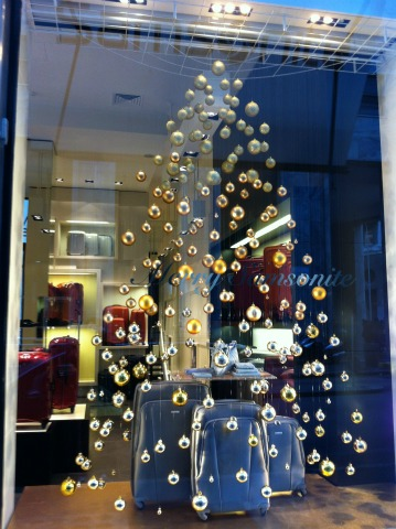 Natale di lusso passeggiando da via montenapoleone al duomo for L arreda negozi pisa
