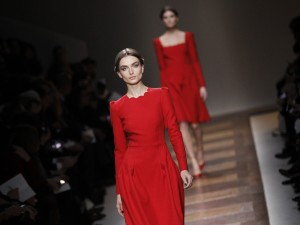 Il rosso Valentino sfila a Parigi