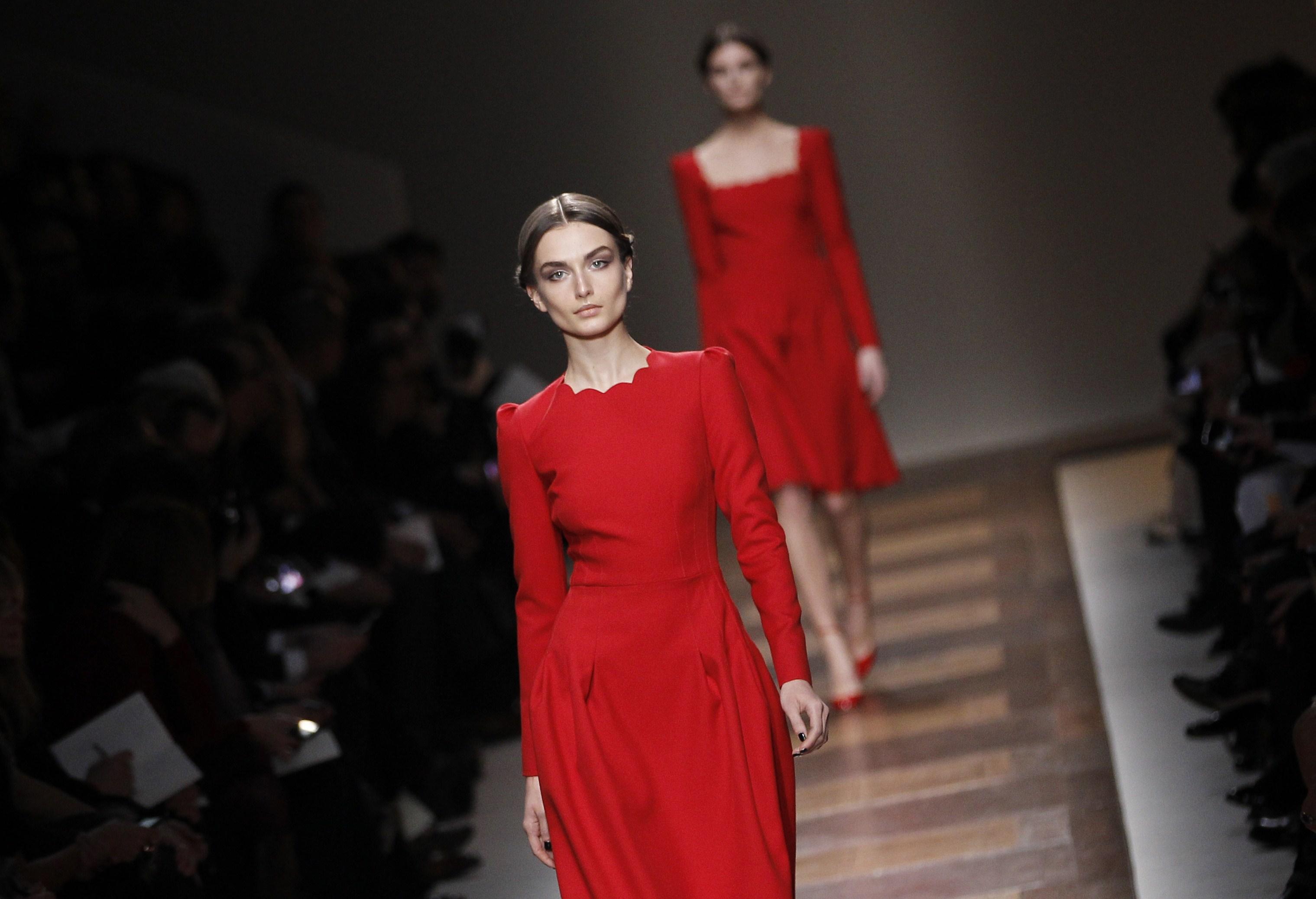 db9388189aab4 Il rosso Valentino sfila a Parigi