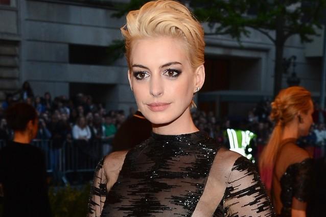 Anne Hathaway cambia stile e sceglie il biondo platino