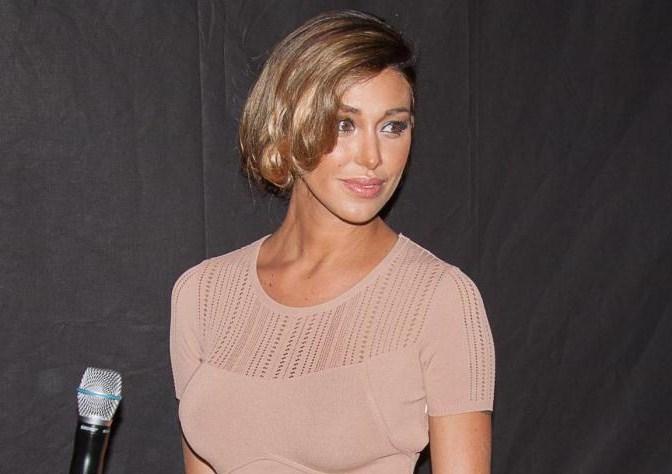 Foto di belen con il nuovo taglio di capelli