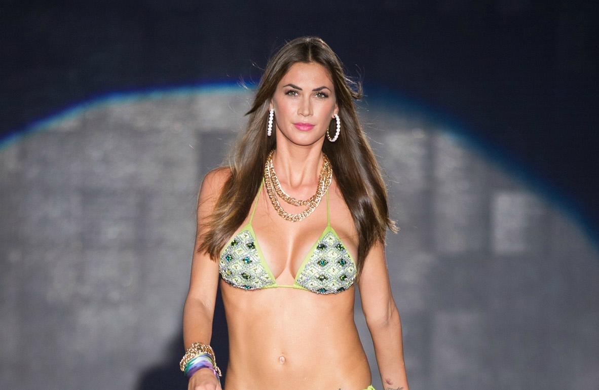 Melissa Satta sexy in bikini sulla passerella di Emamò (VIDEO)