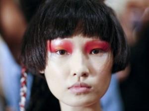 Come realizzare un make up trendy con l'ombretto rosso (TUTORIAL)