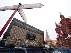 Il Cremlino ordina l'eliminazione dell'enorme valigia Louis Vuitton (VIDEO)