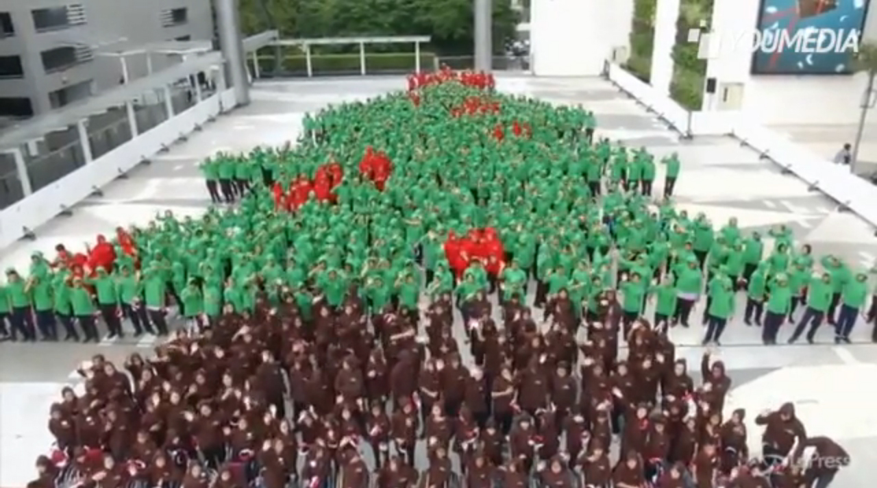 Ecliss Milano E L Ora Del Natale : L albero di natale umano più grande del mondo video