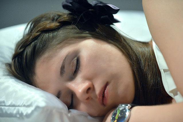 Dormire poco invecchia la pelle e causa gravi malattie: tutti i consigli per riposare al meglio